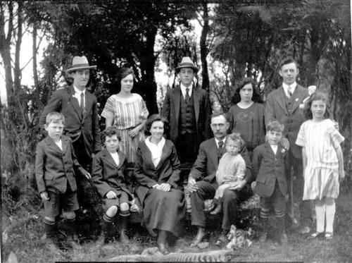 Famiglia con tilacino ai piedi